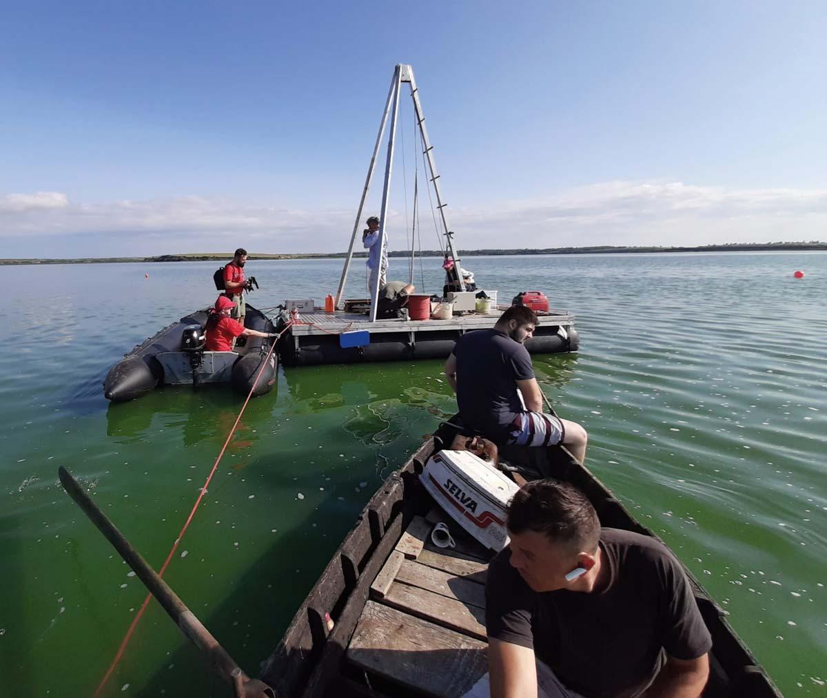 Archäologische Bohrung auf einem See