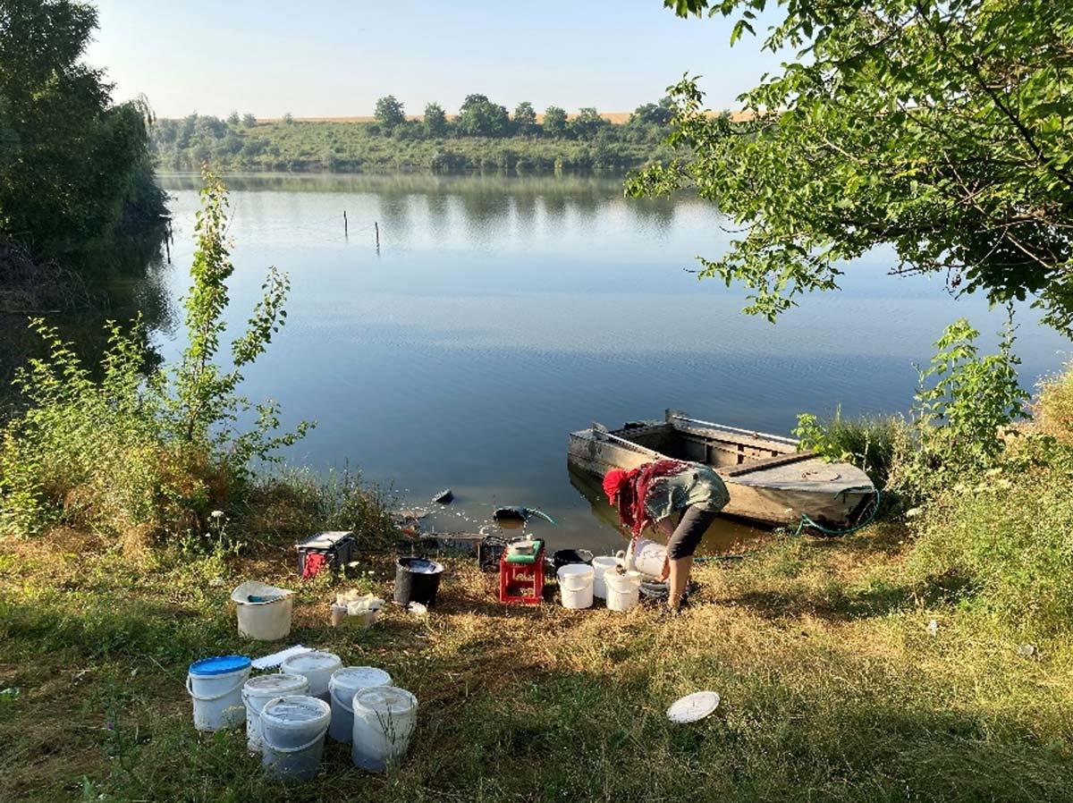 Flotationsprozess mit Eimern am See