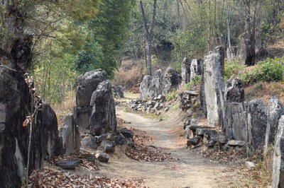 Steinsetzungen an einem Fußweg
