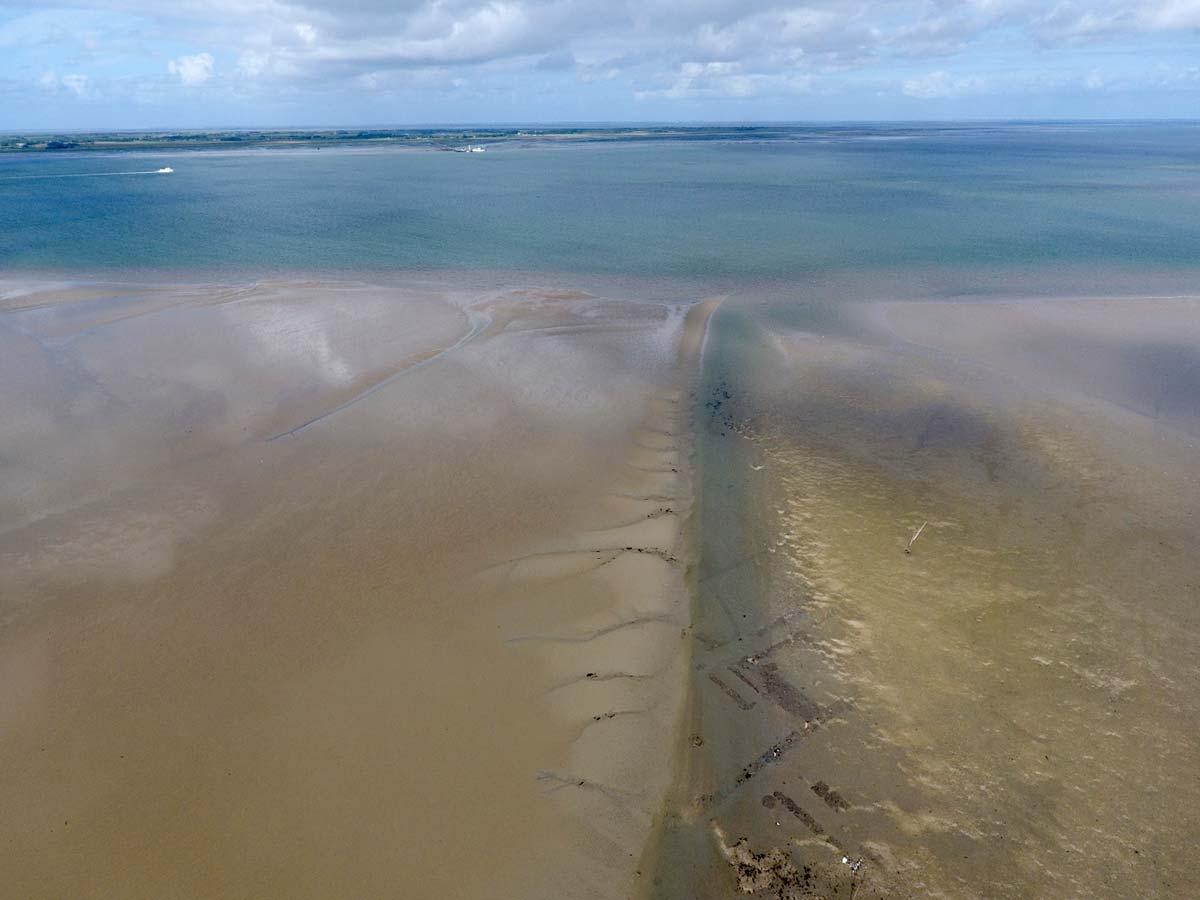 Luftaufnahme Wattenmeer mit archäologischer Untersuchung