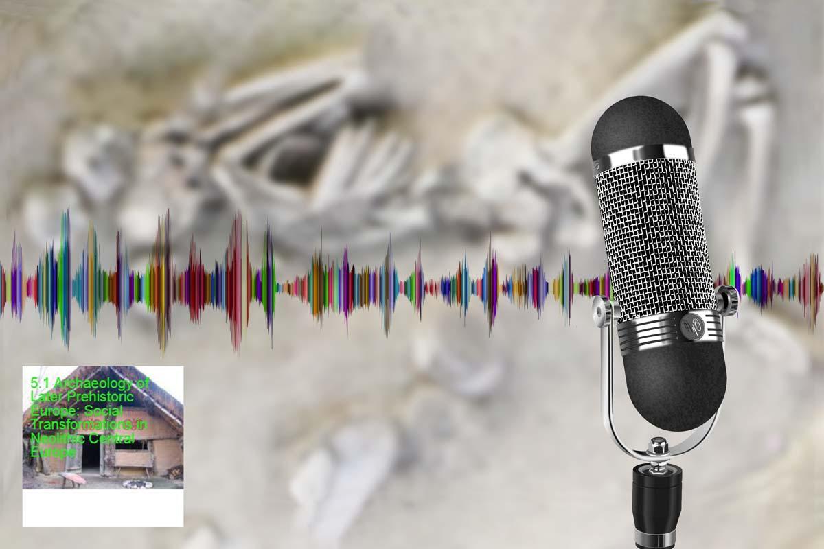 Mikrofon mit unscharfem Bestattungsbild im Hintergrund