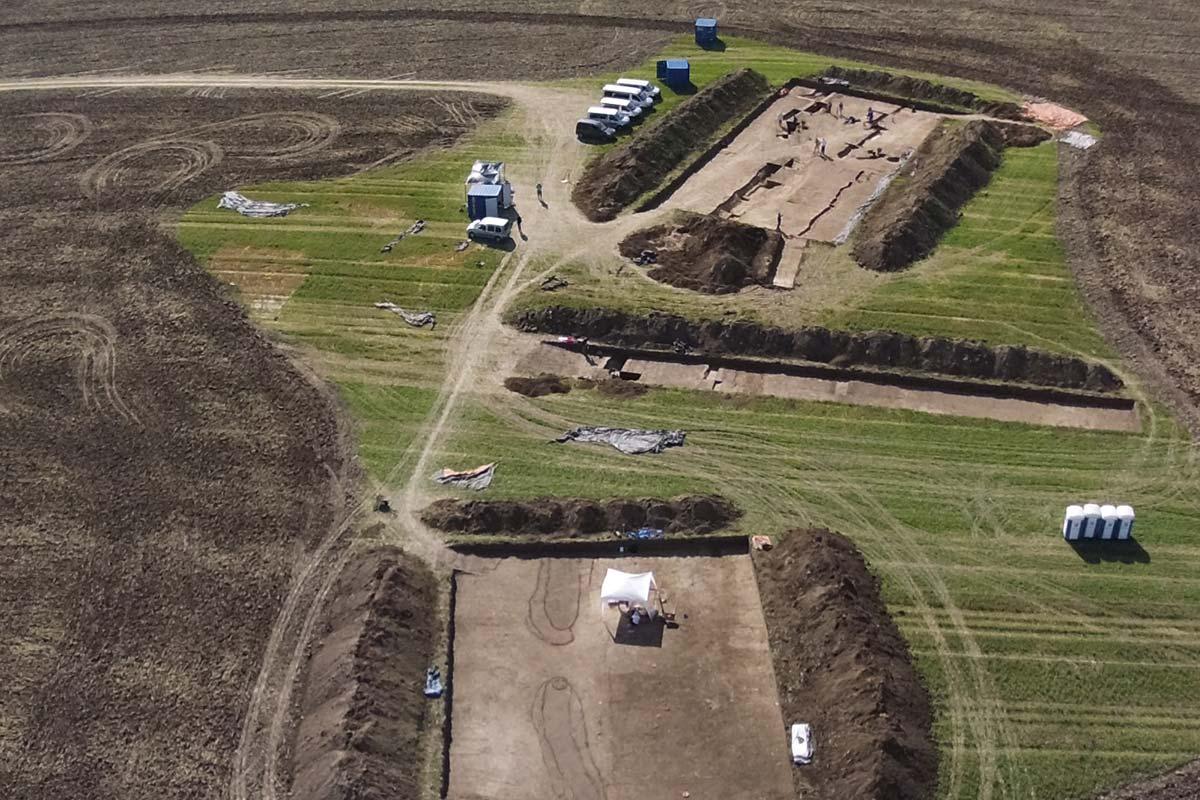 Luftaufnahme einer Grabungsfläche in Vrable