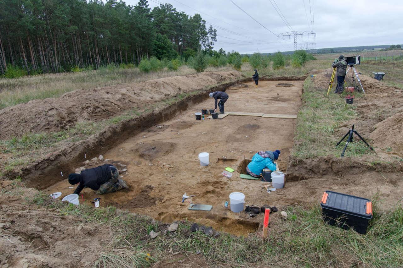 Die östliche Grabungsfläche mit den dunkel verfärbten Feuerstellen. (Foto: S. Jagiolla)