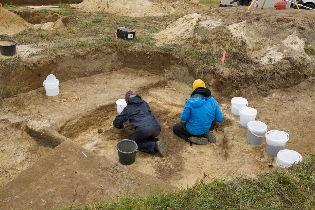 Studierende beim Abtiefen des Grubenhauses (Foto: S. Jagiolla)