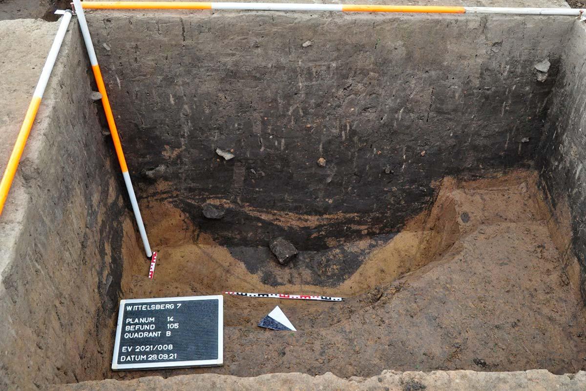 Grube mit Maßstab und Messstangen