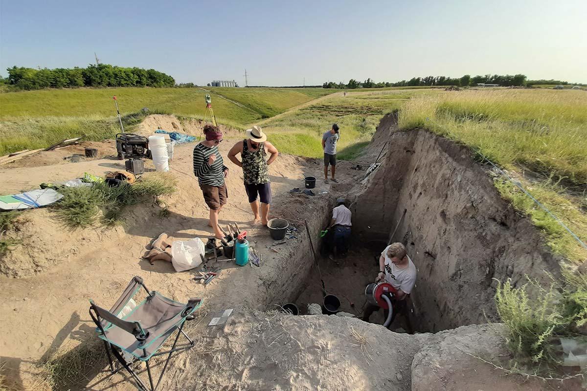 Ausgrabung mit Archäologen
