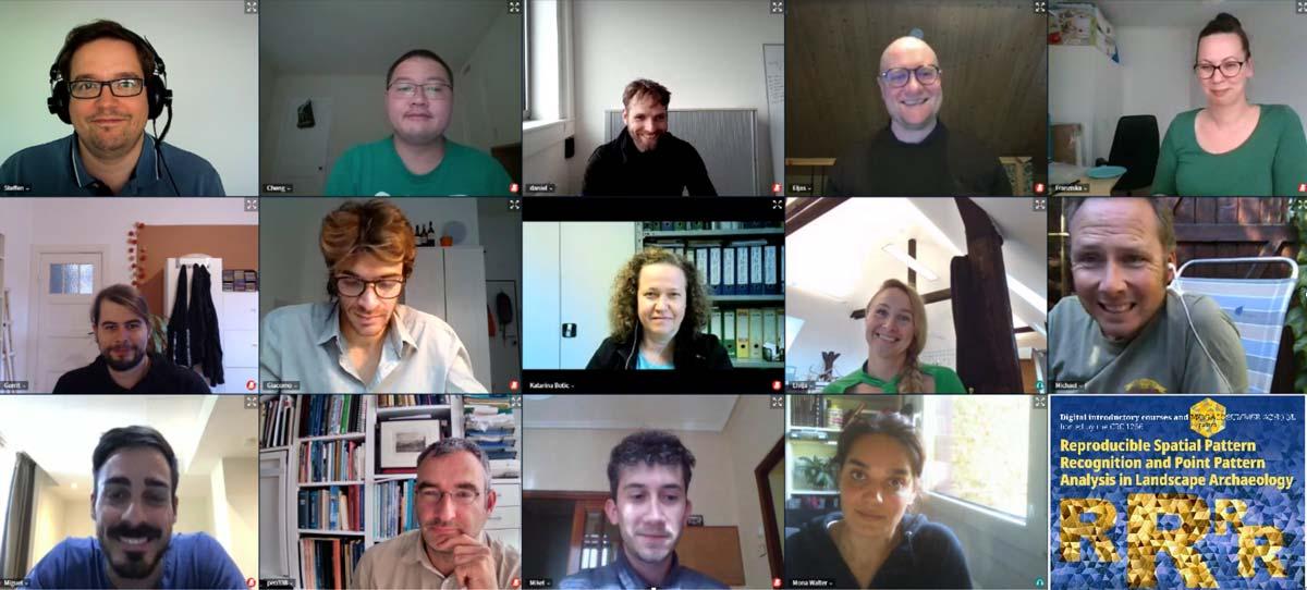Workshop Teilnehmer auf mehreren Bildschirmen