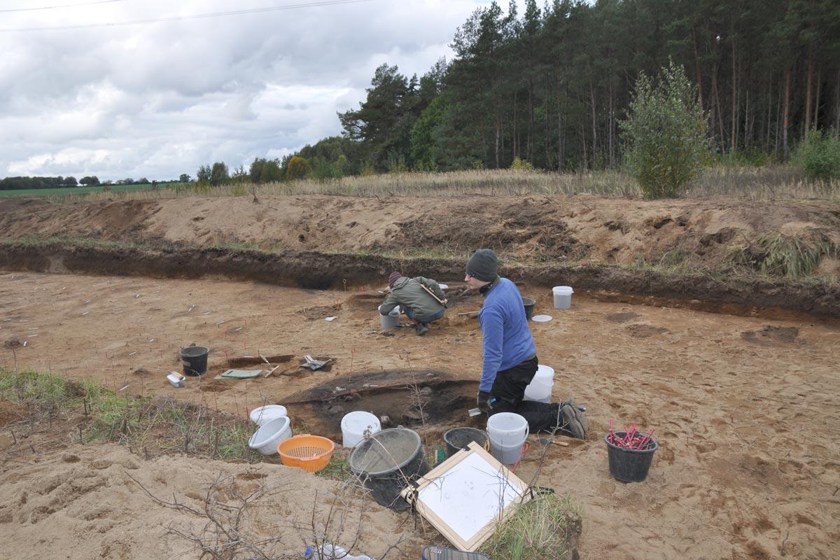 Zwei Persone arbeiten auf der Grabungsfläche