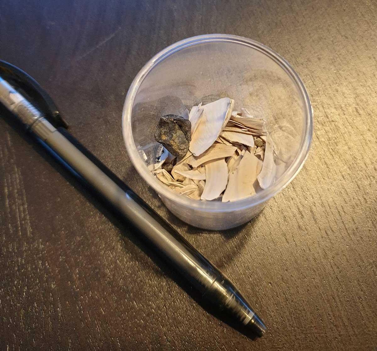 Becher mit Probe eines Sedimentkerns